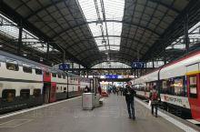 琉森火车站是瑞士的大型中转站之一,车站内有很多月台,不同月台有开往不同城市的车次。车站内很方便,月台