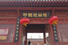 赵州桥:坐落在河北省赵县的洨河上,横跨在37米多宽的河面上,桥体全部用石料建成,是世界上现存年代最久