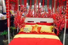 吉隆坡柏威年商厦待售的睡床,床饰中华传统文化色彩浓郁,吸引了当地众多顾客的眼光。