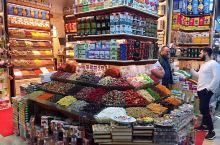 伊斯坦布尔的集市。伊斯坦布尔的集市,现在主要是针对旅游者了,店铺花花绿绿,游客熙熙攘攘,商家对着每一