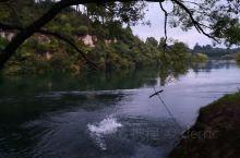 在新西兰北岛中部,有新西兰最大的淡水湖,陶波湖,淘宝湖的水质清澈流出之后,汇聚成了怀卡托河,又成为了