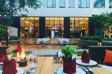 在云浮雅途酒店享受浪漫有情调的晚餐广东·中国   水池边灯光映着大堂里的琉璃灯,水池边是露天的餐厅今