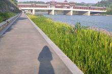 宁海是《徐霞客游记》的第一章,也是中国旅游日的发源地。宁海的徐霞客大道是当地人闲逛的好去处,这段河经