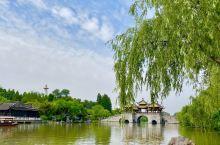 曾经繁忙的京杭大运河被高速的京沪通行代替了,于长江交汇处的扬州,昔日经济的繁荣甚至超过了如今的上海,