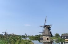 """""""小孩堤防""""坐落在萊克河與諾德河交匯處,為了排出水,1740年建立一個由19座風車組成的系統,是荷蘭"""