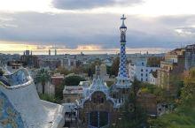 巴塞罗那的奎尔公园是鬼才高迪设计的,登高远眺可望到地中海。用碎瓷瓶粘贴出世界上最长的椅子。它已被列入