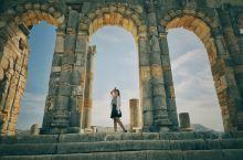 菲斯——北非历史上第一座伊斯兰城市  作为摩洛哥最古老的皇城,她的气质和卡萨布兰卡、舍夫沙万很不同。