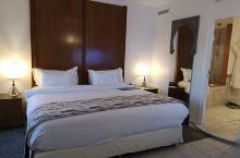 马拉喀什作为国际大都市,国际5星酒店许多,当地特色riad也多。这家是唯一一家万豪集团下的酒店,有点