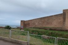 从卡萨布兰卡驱车一个多小时到达拉巴特,相比卡萨布兰卡的盛名,很多人以为这是摩洛哥的首都。其实拉巴特才