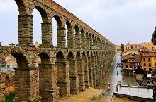 塞戈维亚,距离马德里一个多小时车程的小城!这里的标志性建筑就是修建于古罗马时期的输水渠,距今已经有两