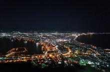 函馆的夜景真的不错。很像璀璨的宝石散落在地上。可以选择巴士或缆车上函馆山。