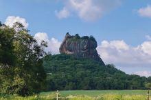 到达锡吉里亚,远远的就能看到世界第八大奇迹——狮子岩。夕阳一般,于是先去后面的那座石庙上面远眺,50