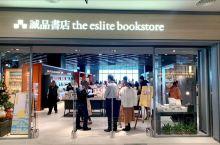 誠品書店台中三井店是全台第一間海景誠品書店,25公尺寬的落地窗,來逛書店還能看看海景。書店設置15座
