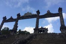 啟定皇陵 是越南阮朝倒數第二位皇帝啟定帝阮福晙的陵墓   啟定帝在位期間 正值法國殖民時期 當時許多