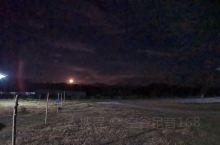 东南亚热带岛国的夜景,灰常美丽,有一种时空穿梭的感觉,烤榴莲烤玉米。很是惬意