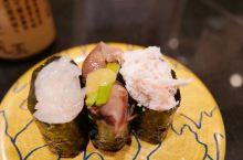 第一次在日本吃回转寿司,富山湾的海鲜相当出名,这家すし玉的分店开在富山站,经常大排长龙。 各色盘子分