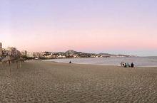 马拉加海滩和港口,都是这里打卡点。海滩颇宽广。不管是早上或者傍晚,都有它优美的地方。港口的海水清澈,