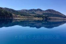 船行快而穩 劃破無痕的湖面 激起如銀河般的浪條   田澤湖畔 驚见 如此晶瑩剔透的琉璃湖水  真是令