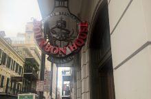 白天的 bourbon street显得很寡淡,人也不多,然而到了夜里,这是新奥尔良人玩乐精神的终极