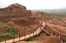 波浪谷,丹霞地貌 在陕北高原的靖边县,有一个从未被外人发现的处女风光地,它堪与美国西部波浪谷媲美,绵