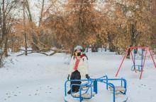 在贝加尔湖回到童年 在亚历山大三世雕像再过去点的地方,我看到了小小的儿童游乐设施!虽然明明已经快冻成
