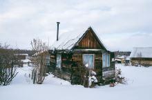 贝加尔斯克位于贝加尔湖的南岸。南岸的冬天时常大雪纷飞,积雪深厚。从高处看被白雪覆盖的贝加尔湖,大雪无