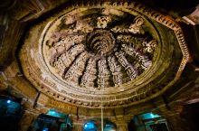 在拉贾斯坦邦贾沙梅尔古堡里面最值得欣赏的景点之一就是耆那教寺庙了,这是一座如迷宫一般的黄沙石耆那教神