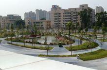澄海这一新建的广场真的美美哒,住在附近感觉真的幸福,给了附近居民每天锻炼的好场所,广场里也有小孩可以