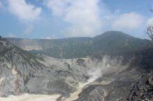 几乎每个人提到万隆的自然景点,先想到的会是覆舟火山吧。它是爪哇唯一一座能开车进入火山口附近的火山。虽