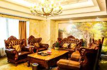 打卡长沙万家丽酒店,万家丽是什么?是宇宙中心,是长沙卢浮宫,是湖南万神殿,是中国天鹅堡。进入后抬头仰