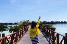 仙本那的海真是美得让人心醉! 第一站马布岛,上岛之后穿过原住民的住处,比较破旧不堪,旁边就是五星度假