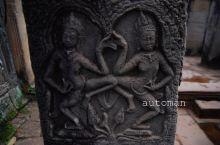 Angkor Wat 吴哥窟,世界上最大的庙宇,也是最早的高棉式建筑,原来是为了供奉毗湿奴,所以旧称