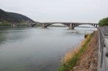 这个架设在伊河上的大桥,坐落在河南省洛阳龙门石窟景区,是连接龙门东西两山的重要通道,这是一座多孔拱桥