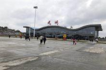 武冈机场,不远处还多人在看飞机