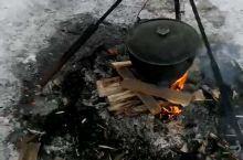 冰天雪地里俄罗斯大叔给整的一锅超级无敌美味的贝加尔湖的鱼汤,太治愈了,从来没觉得迷迭香煮鱼汤这么赞。