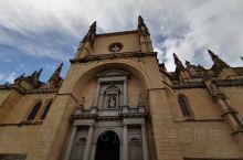 塞哥维亚古罗马水渠,百年老店吃烤乳猪,塞哥的大教堂,还有塞哥维亚城堡,塞戈维亚是个古老雅致的小城镇,