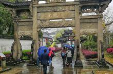 坐落在灵山港东岸,县城南郊风光炫丽的鸡鸣山。依山傍水,错落有致地布设着极有代表性的民居古建筑,是我国