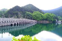 位於江西庐山之庐林湖,原是一個蓄水庫,但風光秀丽,仿如图畫,成為庐山必去之旅遊景点。