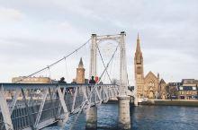 因为一座桥爱上一座城  桥就好像是纽带,把两岸的人民联系起来。而我则因为一座桥爱上了一座城。在英国因