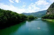 楠溪江上美人窕,翠水湾山峰岚绕。楠溪江位于浙江省温州市北部的永嘉县境内,南距温州市区26公里 ,东与