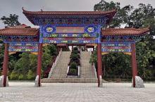 高州观山,虽是一座小山丘,却有悠久历史,是高州市名山之一。  观山寺是以道教为主体的宗教群体建筑。在