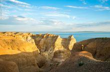 新疆福海海上魔鬼城,地处吉力湖东岸,乌伦古湖入海口。这里到处充满了神秘色彩,有十分罕见的雅丹地貌,荒