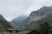 雁荡三绝之大龙湫。主要景点就是大龙湫瀑布,它与贵州黄果树瀑布、黄河壶口瀑布、黑龙江吊水楼瀑布并称中国