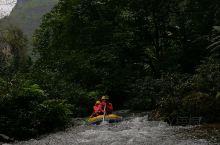 """在靖西""""古龙山大峡谷""""——""""一河穿三洞,皮艇游三峡"""",乘坐小小的橡皮艇漂流在古龙山峡谷和地下河中,时"""