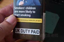 在英国买了一包绿色的万宝路香烟,花了12英镑.也就相当于100块钱一盒烟。非常的昂贵。对于英国本地人