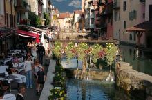 安纳西——法国一颗璀璨的明珠,假期世界各国的游客络绎不绝,给古老的安纳西老城增添了活力,游船徜徉在湖