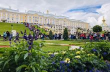 超级喜欢的夏宫后花园,波罗的海、夏宫与花搭配最美景色~
