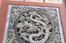 伏羲,华人的始祖。黄土埋胸之人,刚来祭拜祖先,惭愧。龙凤木雕,是镇庙之宝。有名诗句,所谓伊人,在水一