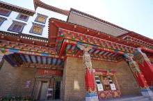 打卡雪松文旅的独克宗花巷。位于香格里拉独克宗古城北门,以传承和创新藏文化为核心,整合藏区非遗体验、藏