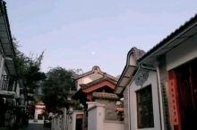 【依兰原创•早安大理】今儿又是一个晴朗的天,清晨七点多一点圆圆的月亮 挂在天空,在锻炼的时候也观察月